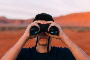 双眼鏡で覗く人